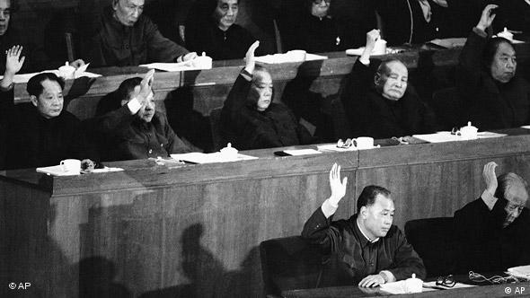 Abschluss-Sitzung des Volkskongresses 1981 mit dem damaligen Regierungschef Zhao Ziyang (unten links) (Foto: AP)
