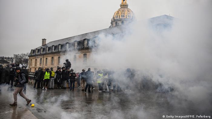 Manifestantes y reporteros bajo ataque de gases lacrimógenos en París