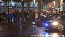19.01.2019, Großbritannien, Londonderry: Menschen stehen in der Nähe des Explosionsortes auf der Bishop Street. Nach der Explosion in der Innenstadt der nordirischen Stadt Londonderry geht die Polizei Hinweisen auf eine Autobombe nach. (ACHTUNG:Teile des Bildes wurden aus rechtlichengründen unkenntlich gemacht!) Foto: Steven Mcauley/PA Wire/dpa +++ dpa-Bildfunk +++  