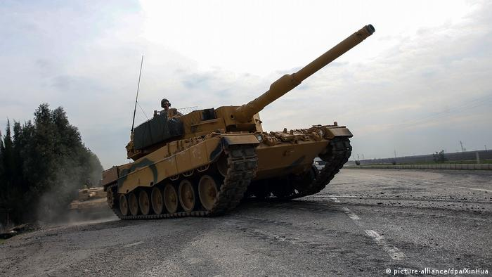 A Turkish military tank drives on a road on the way to Syria (picture-alliance/dpa/XinHua)