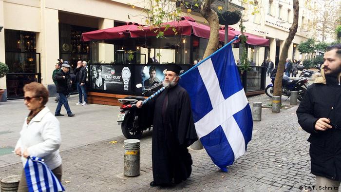 Preot ortodox grec protestand alaturi de alti credinciosi impotriva semnarii acordului Grecia-Macedonia privind numele acestui din urma stat