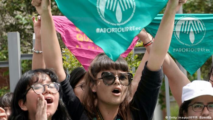 Mujeres se manifiestan por el aborto libre en Quito (archivo)