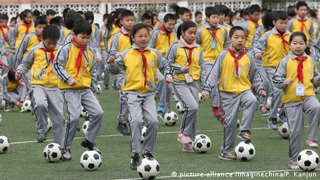 China Zhejiang Provinz - Junge chinesische Studenten bei Fussballübung (picture-alliance /Imaginechina/P. Kanjun)