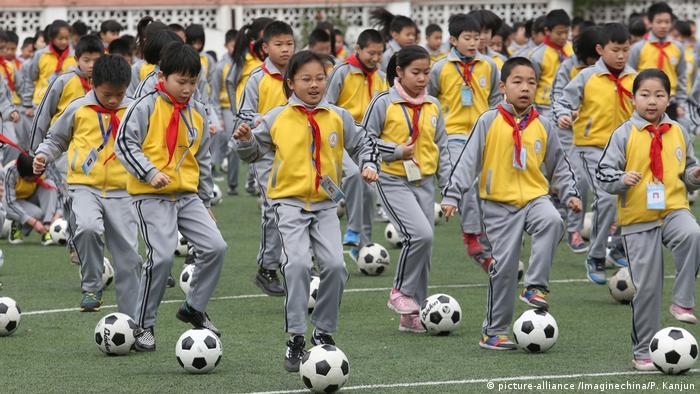China Zhejiang Provinz - Junge chinesische Studenten bei Fussballübung
