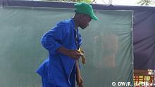 Mosambik Maputo - Mann Reinigt Boden