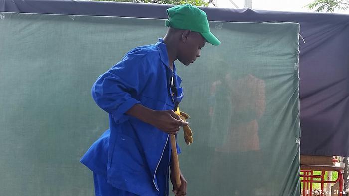 Cena de uma peça de teatro sobre reciclagem na embaixada da Alemanha em Maputo