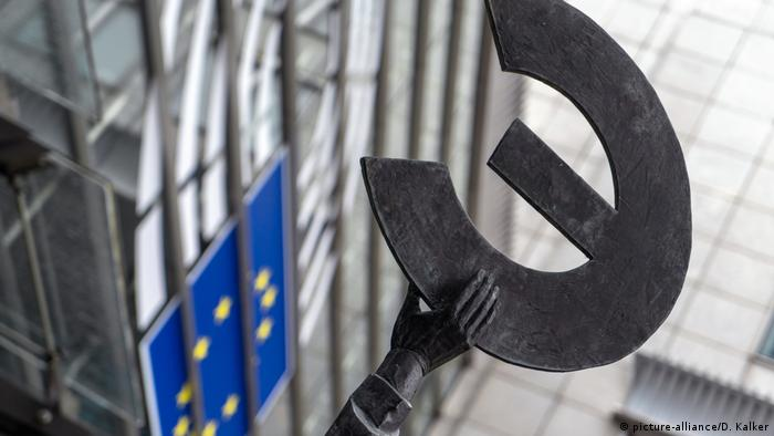 A euro symbol that appears to be falling over (picture-alliance/D. Kalker)