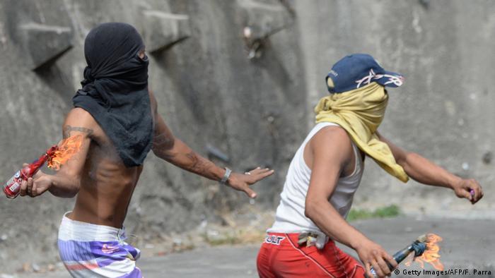 Protestas pacíficas y violentas se juntaron este inicio de semana en las calles de Caracas. (Getty Images/AFP/F. Parra)