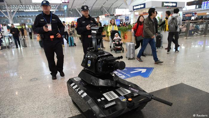 Polizisten mit Sicherheitsroboter in Shenzhen (Reuters)