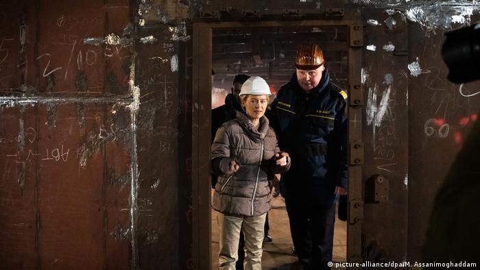Ursula von der Leyen besucht Segelschulschiff Gorch Fock im Dock (picture-alliance/dpa/M. Assanimoghaddam)