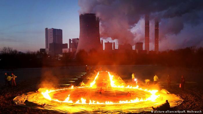 Активисты Гринпис проводят акцию Огненное кольцо против добычи бурого угля