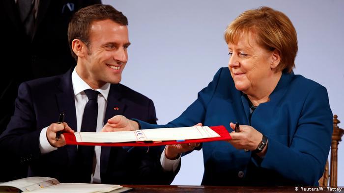 Эмманюэль Макрон и Ангела Меркель подписывают договор