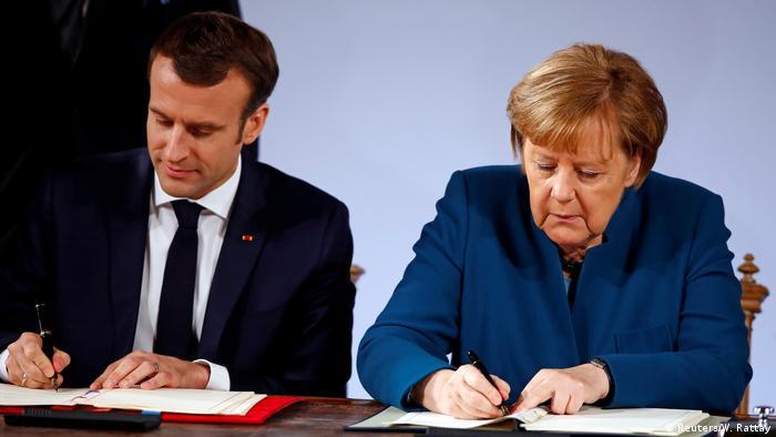 Angela Merkel und Emmanuel Macron unterzeichnen den neuen Elysée-Vertrag in Aachen (Reuters/W. Rattay)