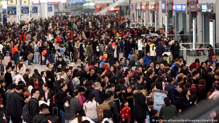 Warteschlangen am Bahnhof von Guangzhou (picture-alliance/dpa/Imaginechina/A Ran)