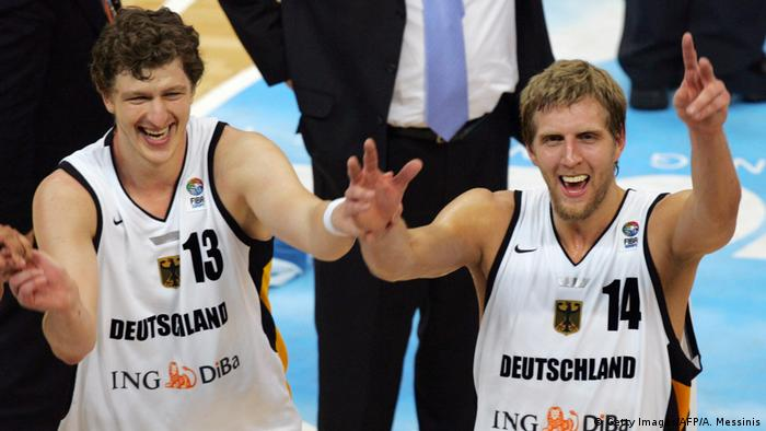 Basketball 2005 deutsche Nationalmannschaft Dirk Nowitzki & Patrick Femerling (Getty Images/AFP/A. Messinis)