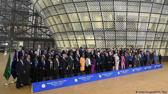 Die Minister der Afrikanischen und der Europäische Union bei einem Gruppenfoto in Brüssel