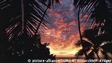 Ein Feuerwerk an Farben präsentiert sich am Horizont während des Sonnenuntergangs auf der Insel Tongapatu im Königreich Tonga. Das Königreich Tonga ist ein Inselstaat im Südpazifik. Es besteht aus 169 Inseln und Atollen.(Undatierte Aufnahme) | Verwendung weltweit