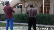 20/11/2018 +++ Dschinn-Austreibung in Mosul. The Haiba Khatoon Mosquein Mosul where exorcism sessions were held Copyright: Judit Neurink, DW, Mosul, Jan 2019. Dschinn ist in der islamischen Vorstellung ein übersinnliches Wesen, das aus rauchlosem Feuer erschaffen ist, über Verstand verfügt und neben den Menschen und den Engeln mit anderen Dschinn (auch Dschinnen oder Dschinns) die Welt als Geistwesen bevölkert. Nur in Ausnahmesituationen werden Dschinn den Menschen sichtbar. Die Dschinn gelangten aus altarabisch-vorislamischen in islamische Glaubensvorstellungen und werden mehrfach im Koran erwähnt. Mit dem Islam verbreitete sich der Glaube an Dschinn über den arabisch-orientalischen Kulturraum hinaus.