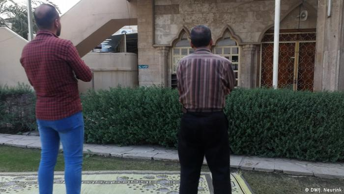 Two men standing in front of a mosque in Mosul (DW/Judit Neurink)