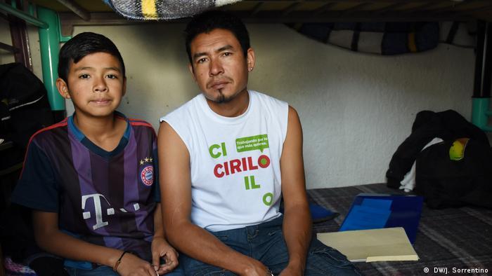 Hondurenho Manuel Laba Alvarado e o filho Jairo na Casa Tochan