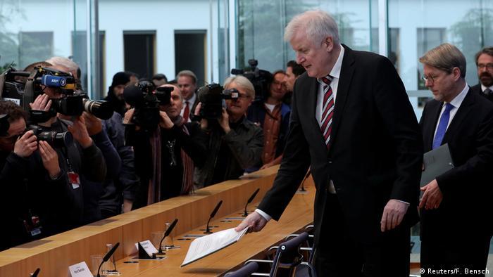 Deutschland Berlin Horst Seehoer stellt Asylbericht vor