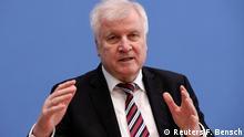 Kritika Zehoferovih predloga za deportaciju Nemački ministar unutrašnjih poslova Horst Zehofer je za to da osobe kojima je odbijen zahtev za azil, ako je potrebno, budu smeštene u zatvor. Taj predlog naišao je na oštre kritike ali i na podršku.