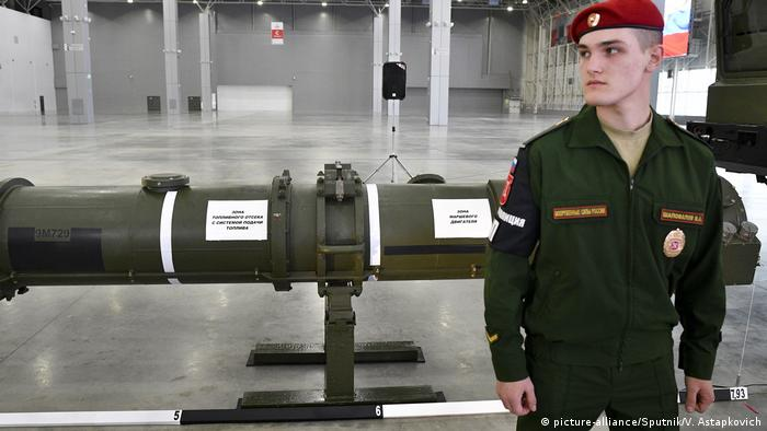 A soldier guards the new Russian 9M729 missile during its demonstration to foreign military attache (picture-alliance/Sputnik/V. Astapkovich)