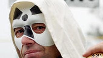 Ein maskierter Atomkraftgegner (Foto: dpa)