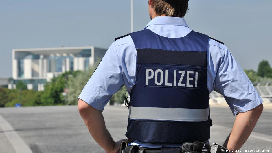 девушка из полиции ищет работу