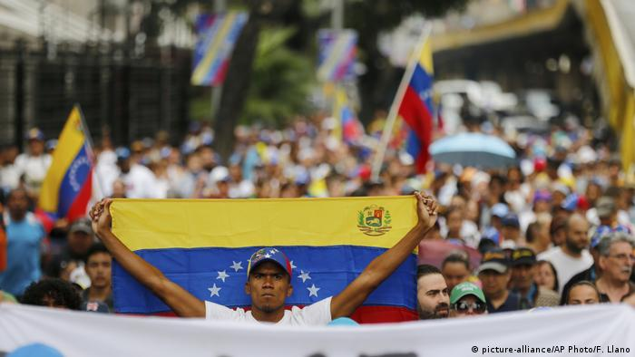 Venezuela Protestzug der Opposition (picture-alliance/AP Photo/F. Llano)