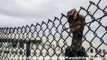 23.01.2019, NA, Rom: ©Fabio Frustaci / EIDON/MAXPPP ; 1283905 : (Fabio Frustaci / EIDON), 2019-01-23 Roma - Center for Migrants Castelnuovo di Porto migrants center - A man leaning on the fence while in the Center for Migrants Castelnuovo di Porto migrants center, near Rome, Jan. 23, 2019 ANSA/FABIO FRUSTACI Foto: Fabio Frustaci / Eidon/MAXPPP/dpa |