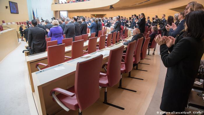 The empty chairs of AfD lawmakers in Bavaria's state parliament (picture-alliance/P. Kneffel)