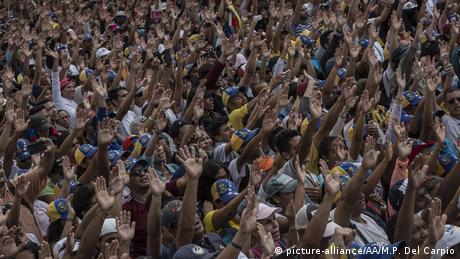 Η Βενεζουέλα διχάζει τη διεθνή κοινότητα -καταιγιστικές οι εξελίξεις
