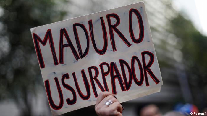 Мадуро - узурпатор - написано на плакате участницы протеста у посольства Венесуэлы в Мексике