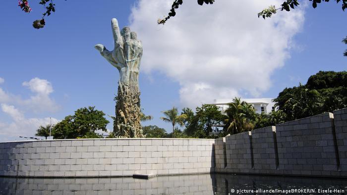 Das Holocaust Memorial in Miami wurde 1984 errichtet. Mittelpunkt ist die 13 Meter hohe Bronzehand, die auf einem runden Plateau in einem Wasserbecken steht. Sie stellt einen Arm mit einer geöffneten Hand dar. Der Unterarm ist aus etwa 100 Personen modelliert, die teilweise in Familiengruppen zusammenstehen. In den Unterarm ist eine KZ-Häftlingsnummer eingraviert.