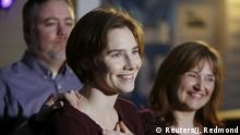 ARCHIV 2015 +++ FILE PHOTO: Amanda Knox talks to the press surrounded by family outside her mother's home in Seattle, Washington March 27, 2015. REUTERS/Jason Redmond/File Photo