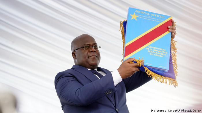 Felix Tshisekedi hokding up the constitution of DRC (picture-alliance/AP Photo/J. Delay)