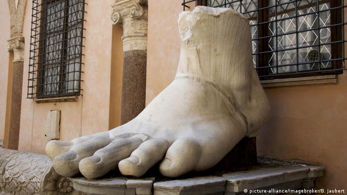 Foo from the statue of Emperor Constantine (Foto: picture-alliance/imagebroker/B. Jaubert).