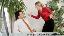 Auseinandersetzung zwischen Geschäftsmann und Geschäftsfrau im Büro - conflict in office