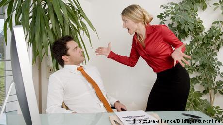 Auseinandersetzung zwischen Geschäftsmann und Geschäftsfrau im Büro - conflict in office (picture-alliance/Bildagentur-online)