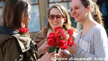 Menschen nehmen am 08.03.2015 in Berlin an einer Demonstration verschiedener Veranstalter zum Internationalen Frauentag unter dem Motto Feministische Kämpfe verbinden! teil. Foto: Wolfgang Kumm/dpa   Verwendung weltweit