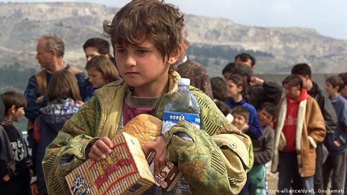 Kosovo Albaner fliehen (picture-alliance/dpa/L. Gouliamaki)