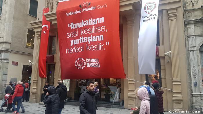 Türkei Demo in Istanbul Tag der Anwälte in Gefahr (DW/Aram Ekin Duran )