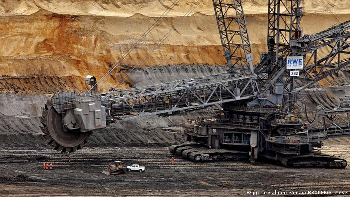 A lignite pit in western Germany (picture-alliance/imageBROKER/S. Ziese)