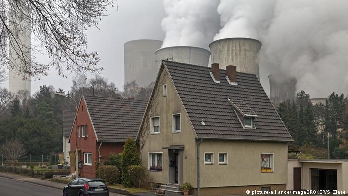 Deutschland Rheinisches Braunkohlerevier | Wohnhäuser vor Kraftwerk Niederaussem