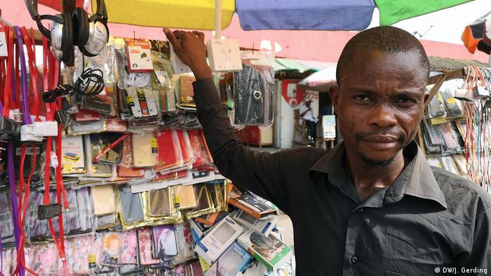 Händler Dédé Niongolo Sungolo in Kinshasa (Foto: DW/J. Gerding)