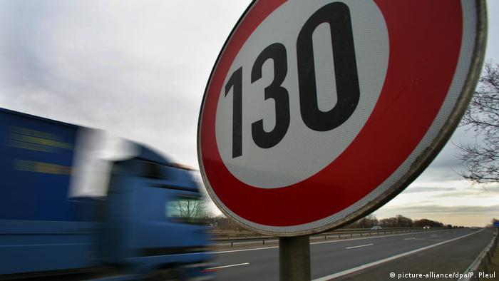Deutschland 130 Schild auf Autobahn (picture-alliance/dpa/P. Pleul)