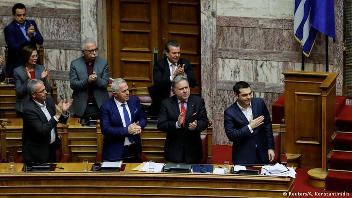 Premiê grego Alexis Tsupras (dir.) consegue maioria no Parlamento para aprovar acordo com o país vizinho