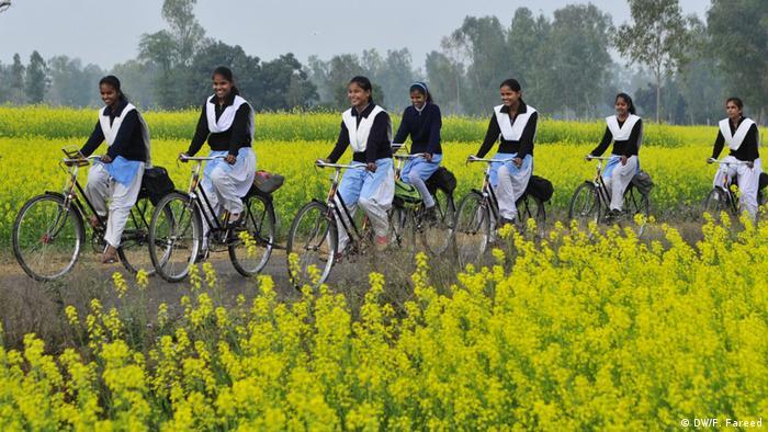 Perempuan bersepeda di India (DW/F. Fareed)