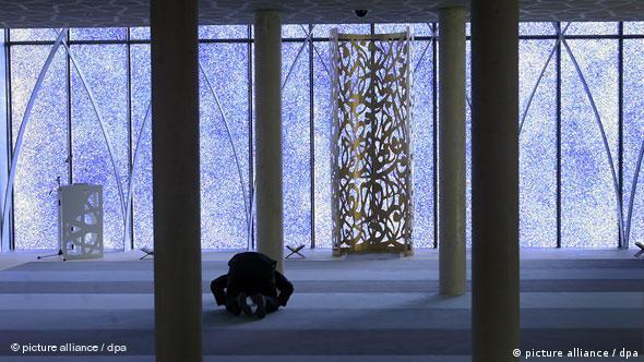 Unutrašnjost džamije u Penzbergu - moderna arhitektura, jasne linije, preglednost